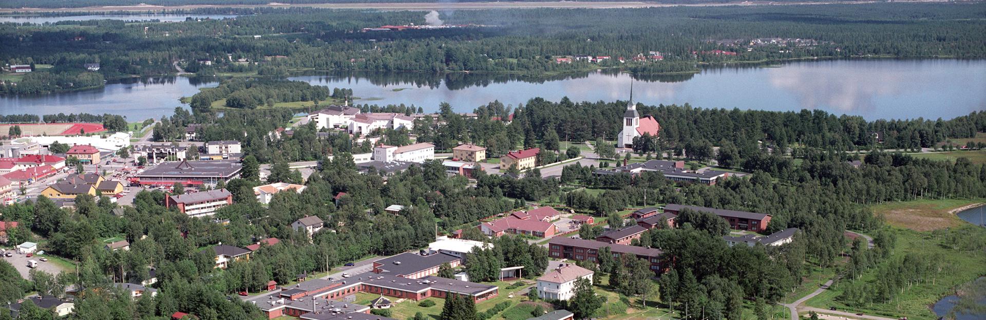 Kesäinen ilmakuva Kuusamon kaupungin keskustastakeskusta