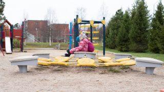 Pienet lapset leikkikentällä.