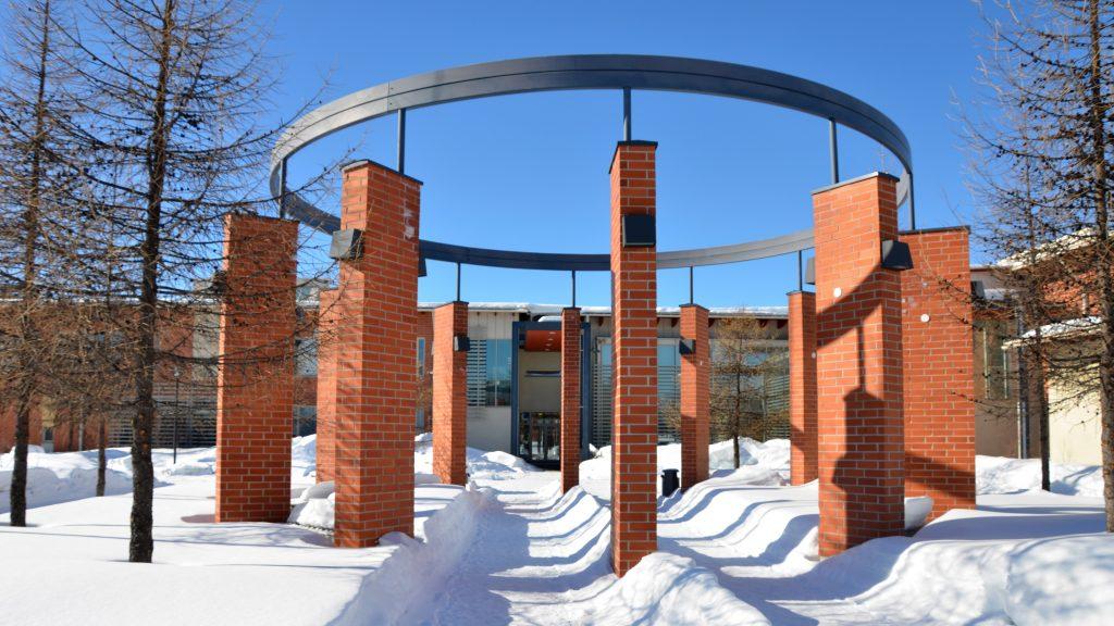 Kuusamon lukio kevätttalvella, sinisen taivaan alla.