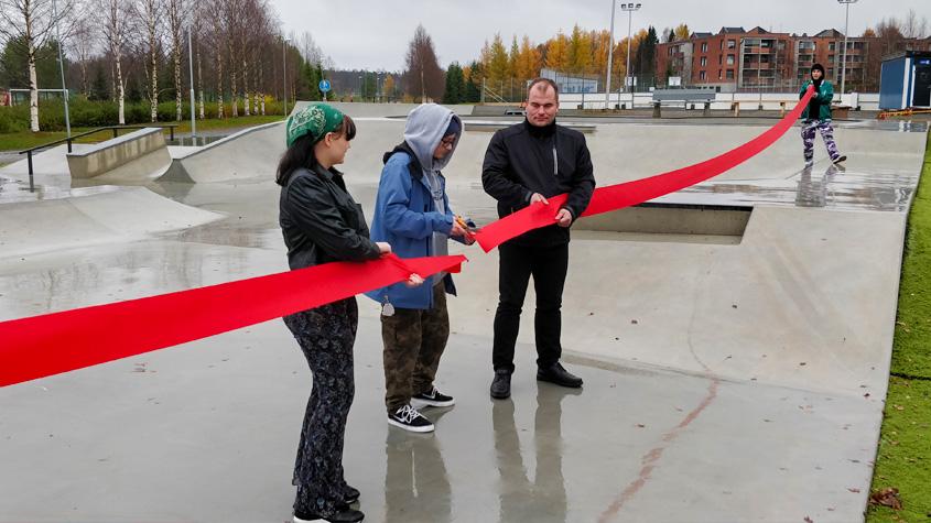 """""""Nuori leikkaa avajaisnauhan poikki skateparkin avajaisissa."""""""