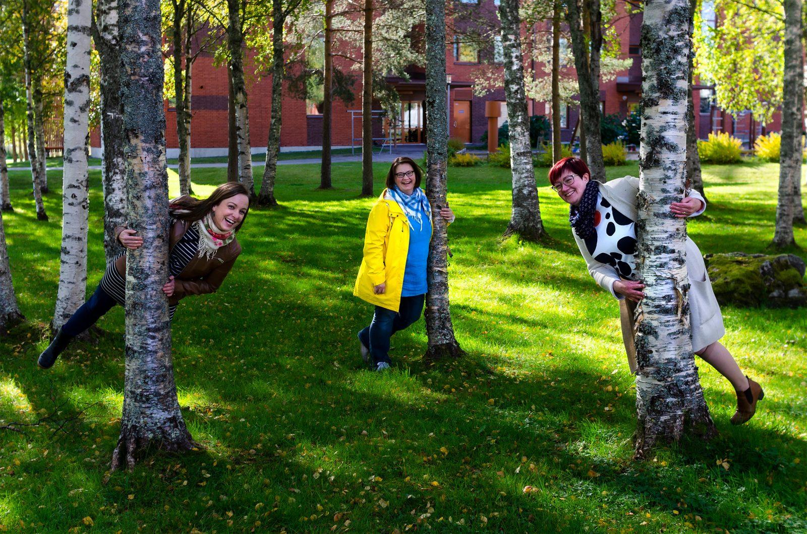 Heidi Moilanen, Maarit Aho ja Kati Savolainen kertovat kuinka Kuusamossa eletään, kun koronarajoituksia puretaan. He painottavat hymyillen ja toisiinsa kurkottaen rohkeutta olla vanhempi.